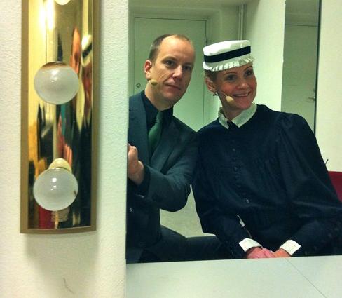 Aktör underhåller i Blå Hallen